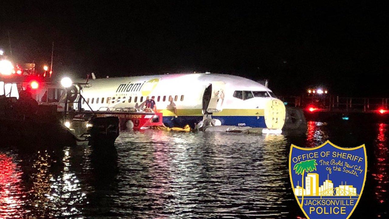 Policie zveřejnila fotografie letadla uvízlého v mělké vodě řeky St. Johns.