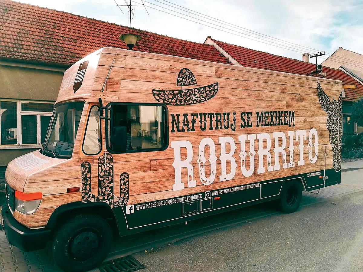 Food truck Roburrito nabízí oblíbené mexické speciality, například tortillu plněnou trhaným vepřovým masem afazolemi.