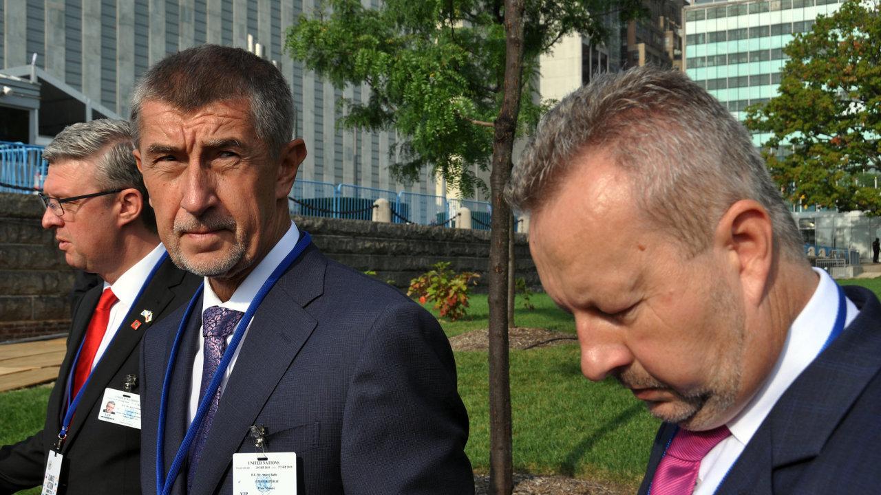 Novinářům v New Yorku řekl, že Česká republika se o klimatické změny stará a že jiné státy, ač v pondělí na summitu na rozdíl od Česka hovořily, naopak slova v činy neuvádí.