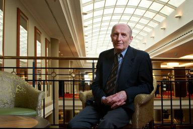 Václav Smil se narodil v roce 1943 v Plzni a na pražské Karlově univerzitě získal doktorát z přírodních věd.