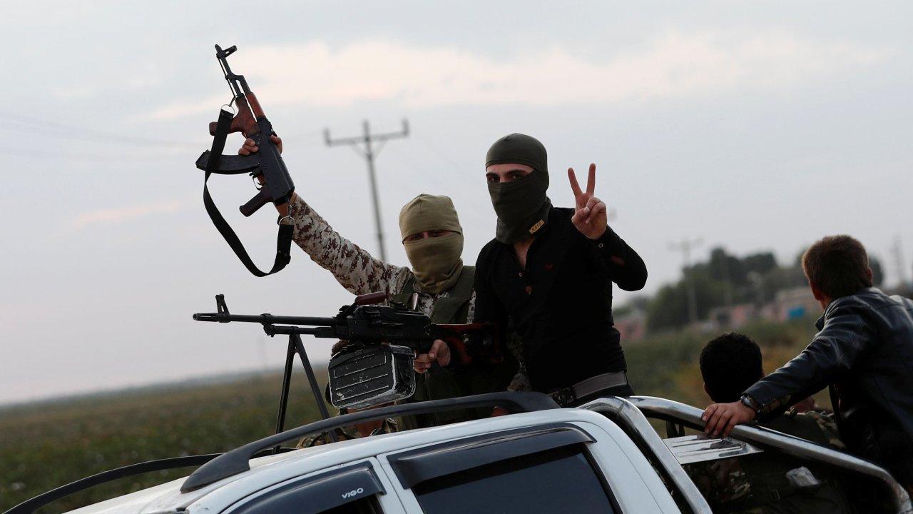Tureckem podporovaní syrští rebelové překračují hranici Sýrie blízko tureckého města Akcakale.