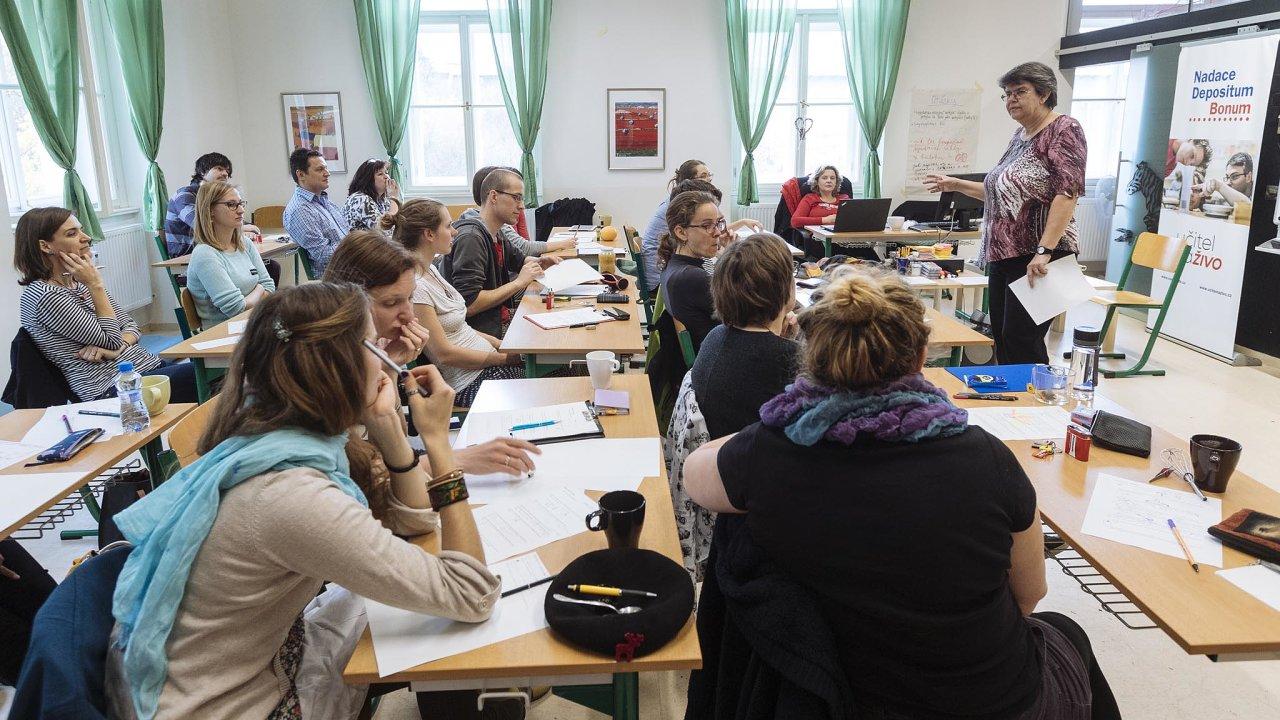 V projektu Učitel naživo učí absolventy pedagogických škol zkušení kantoři. Ti mladým ukazují, jak si například připravit hodinu, aby děti bavila.