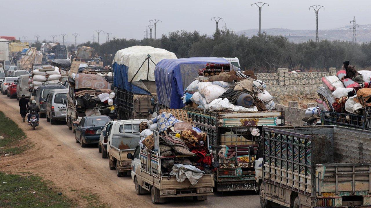 Syrští civilisté prchají směrem k tureckým hranicím. Ankara je ale odmítá přijmout.