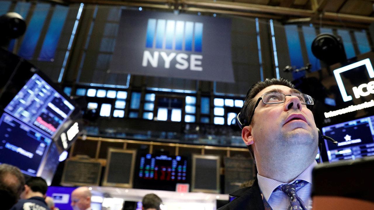 Makléři na newyorské burze v poslední době sledují pád akcií.