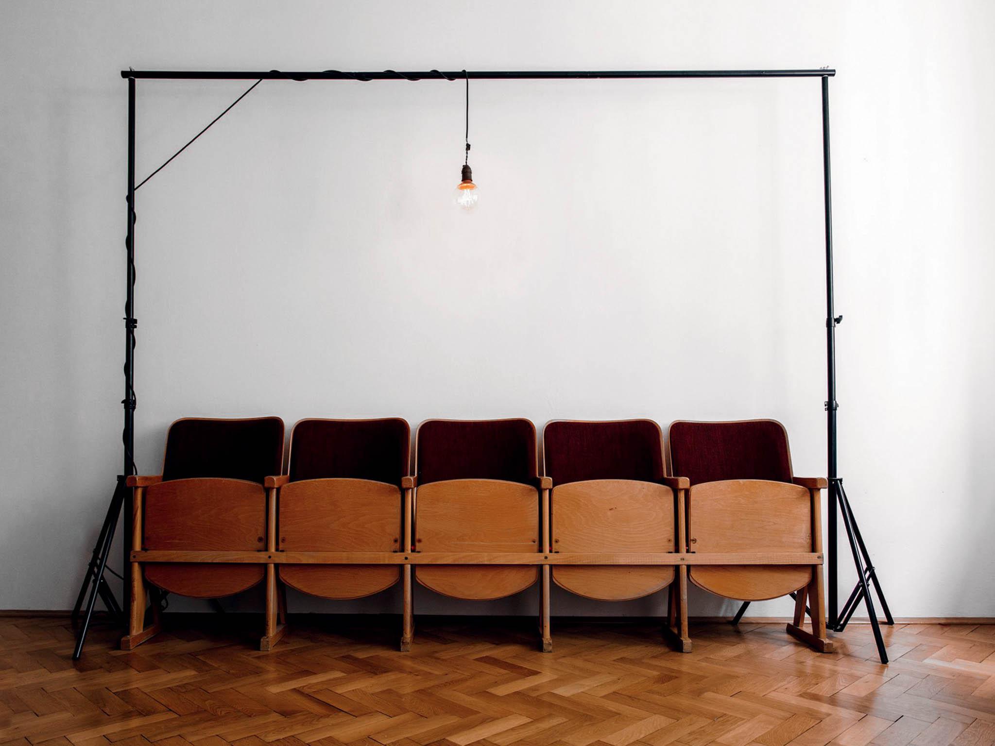 Usedněte dojedné zpěti sedaček vutajeném bytě azažijte koncert, který se neopakuje. Intimní atmosféru sice zažijete jen namístě, bytové koncerty ale můžete sledovat také přes on-line stream.