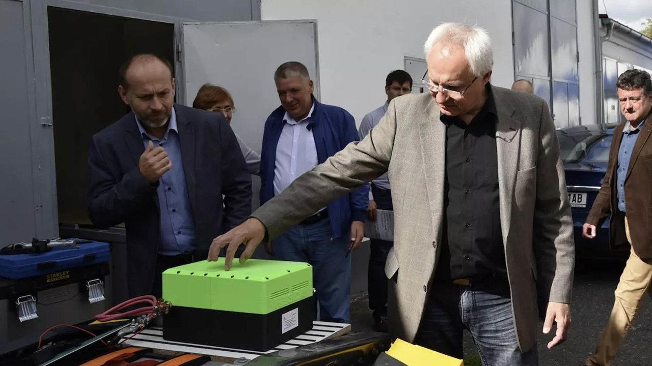 Kovový rám aobal baterie zajišťují vynikající mechanickou odolnost. Její vynálezce Jan Procházka vlastnosti své baterie vuplynulých letech několikrát prezentoval před novináři iodborníky.