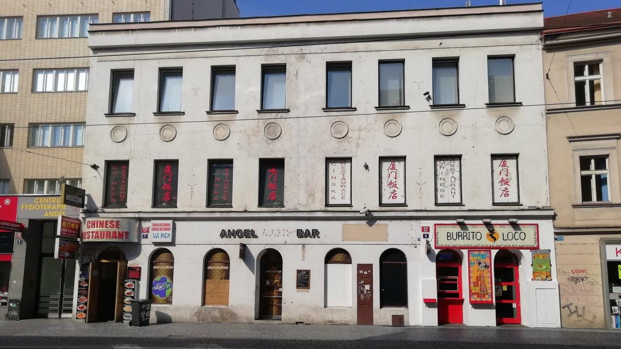 Pohled na dům 230/7 ve Štefánikově ulici z protější strany.
