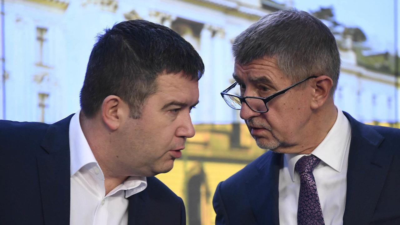 Premiér avicepremiér: Andrej Babiš (vpravo) sJanem Hamáčkem se shodli najednorázovém příspěvku důchodcům. Tvrdí, že stát se nezadlužuje kvůli nim, ale kvůli covidu-19.