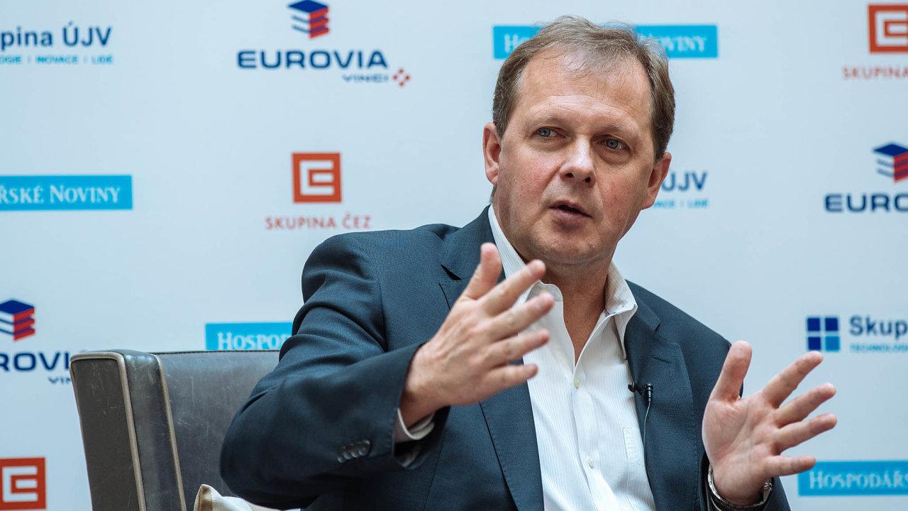 První funkční období vkřesle ředitele ČT Petru Dvořákovi skončilo vroce 2017, pak ale znovu zvítězil vtendru na nového ředitele. Druhé funkční období mu tak skončí 30.září2023.