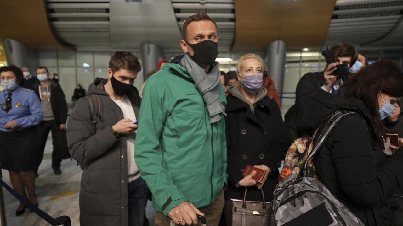Unijní státy v pondělí odsoudily potlačení víkendových demonstrací, během nichž ruské bezpečnostní síly o víkendu zadržely několik tisíc lidí.