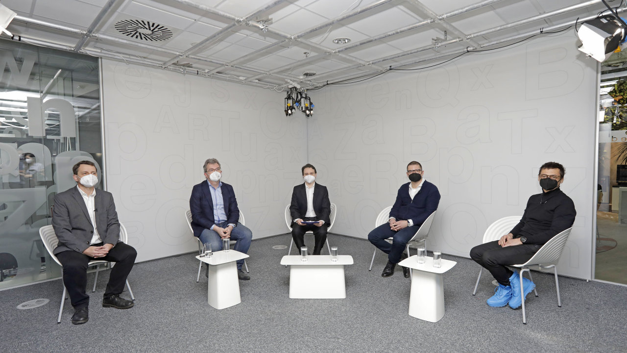Debatovali zleva Petr Zeman (pražský magistrát), Jan Holeček (Národní památkový ústav), Adam Kotrbatý (redaktor HN), Martin Louda (spolumajitel Domu Radost) a David Wittassek (Qarta architektura).