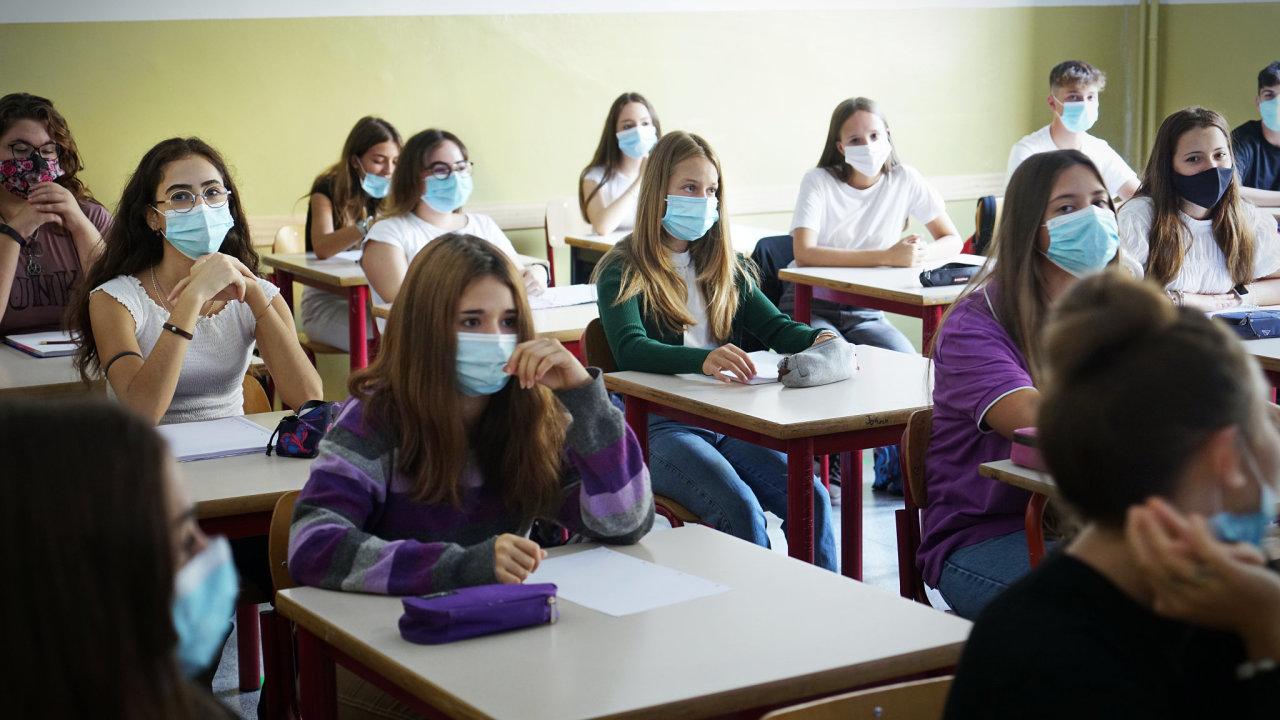 Přijímací zkoušky letos začínají 3. května. Proběhnou na školách, žáci ale budou muset mít roušky a potvrzení o negativním testu na covid-19.