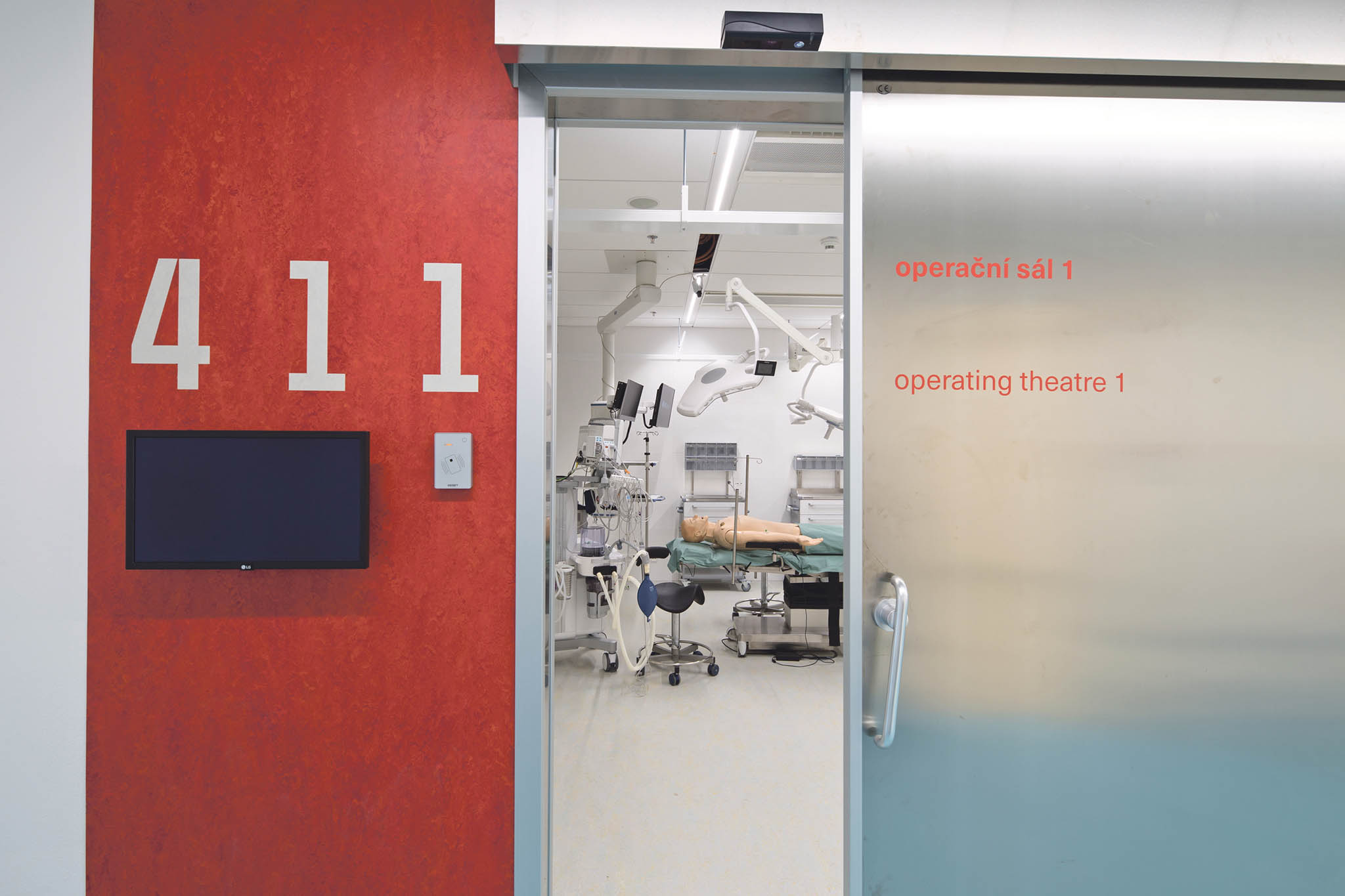 Simulační centra jsou velkým přínosem, protože studentům pomáhají odbourávat strach ztoho, že vdůsledku chyby ublíží pacientovi. Praktickou výuku, probíhající přímo vezdravotnických zařízeních, nemohou ale logicky nikdy zcela nahradit.