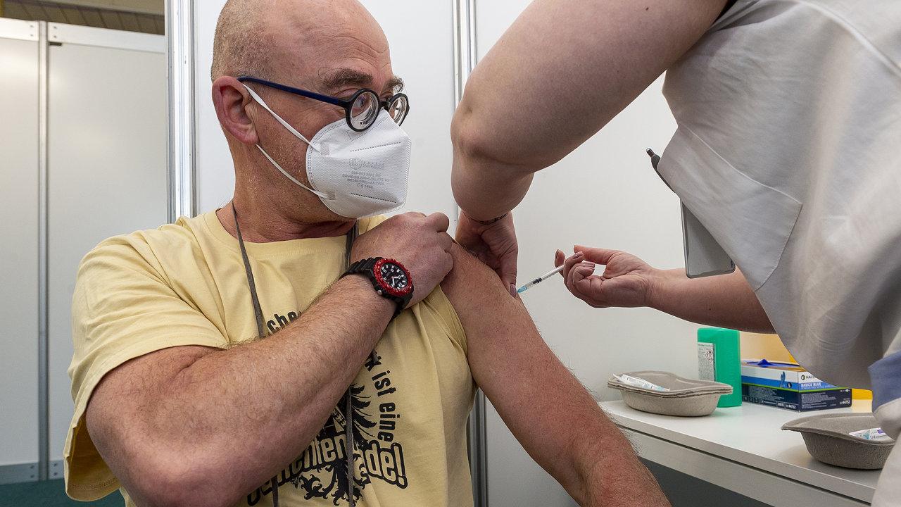 Od středy se o vakcínu mohou hlásit lidé nad 50 let, od června by se rezervační systém měl otevřít všem.