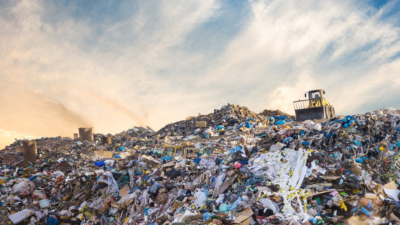 Pozměňovací návrh přidaný k novele o nakládání s odpady podle kritiků nahrává skládkařským firmám. Část senátorů jej proto napadla u Ústavního soudu (ilustrační foto).