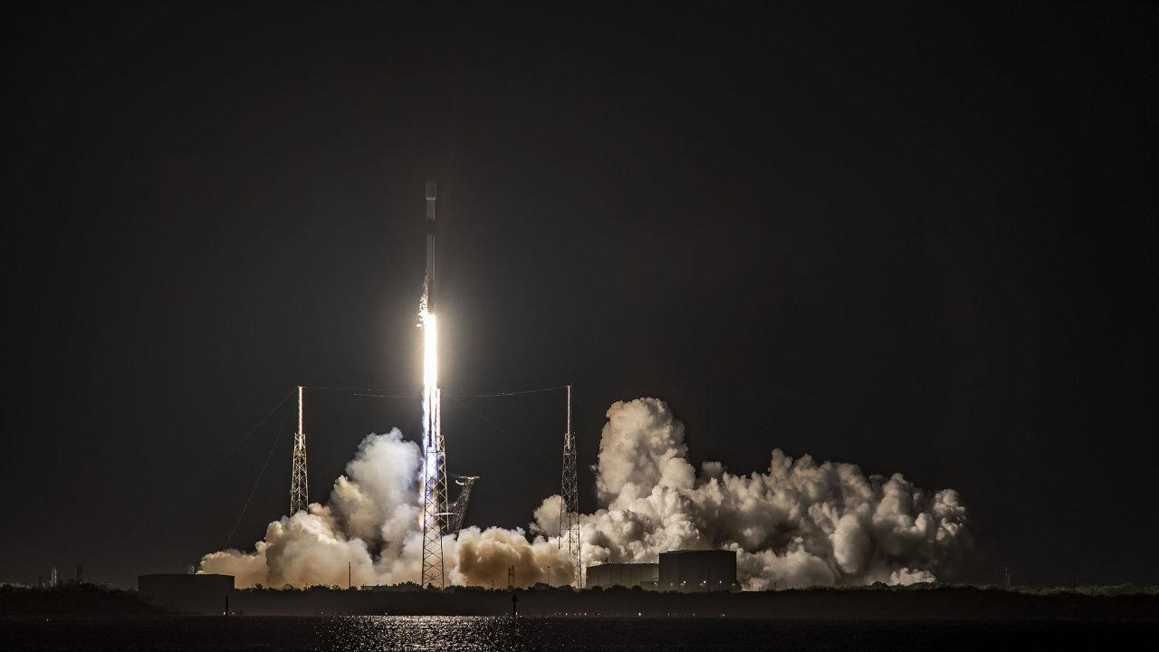 Kosmické lodě společnosti Elona Muska Kármánovu hranici spolehlivě překračují, létají naISS až dovýšky 400kilometrů.