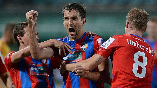 Hráčí Viktorie Plzeň Marek Bakoš (uprostřed), Vladimír Darida (vlevo) a David Limberský.