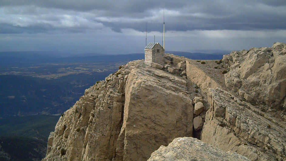 Vesnice Xodos stojí na útesu uprostřed hor v provincii Castellón. Výhled na vrchol hory Penyagolosa.