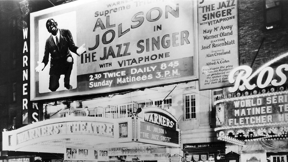 """V roce 1927 byl do kin uveden snímek Jazzový zpěvák, první """"talkie"""", tedy mluvený film"""