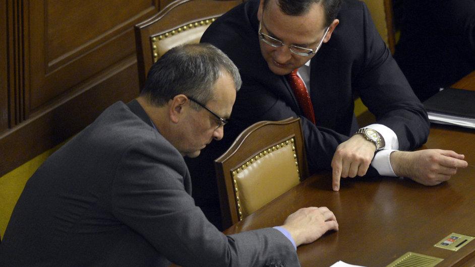 Premiér Petr Nečas (vpravo) a ministr financí Miroslav Kalousek se 5. února v Praze zúčastnili jednání Poslanecké sněmovny.