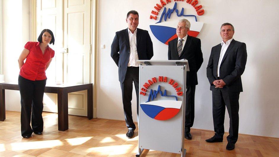 Tým kolem Miloše Zemana, zcela nalevo Vratislav Mynář