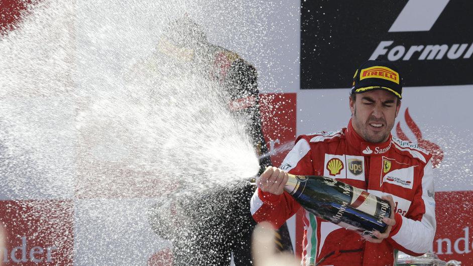 Fernando Alonso oslavuje vítězství