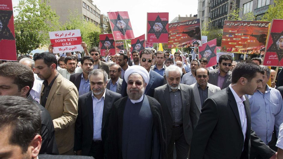 Nově zvolený íránský prezident Hasan Rúhání (uprostřed) na shromáždění na podporu Palestiny