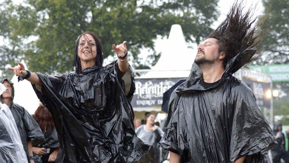 Heavymetaloví fanoušci na festivalu v německém Wackenu