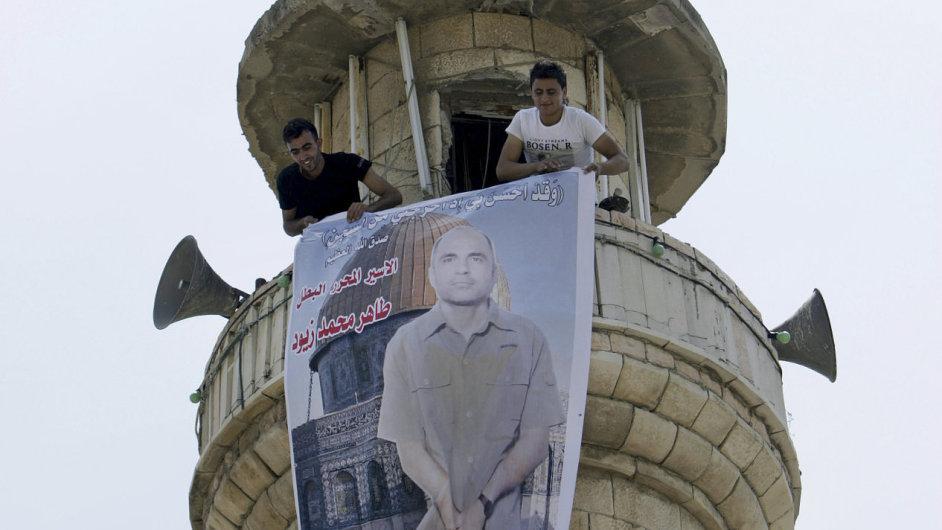 Příbuzní jednoho z vězňů vyvěsili jeho fotografii na mešitu na západním břehu Jordánu.