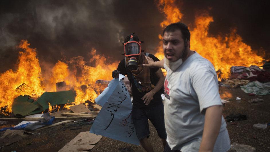 Mursího přívrženci utíkají před bezpečnostními složkami.