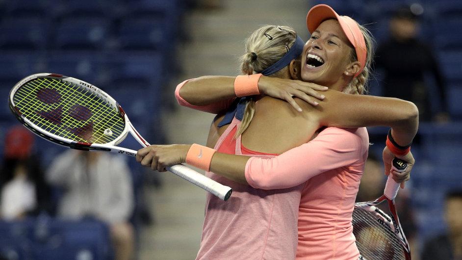Andrea Hlaváčková (vpravo) s Lucií Hradeckou slaví postup do finále