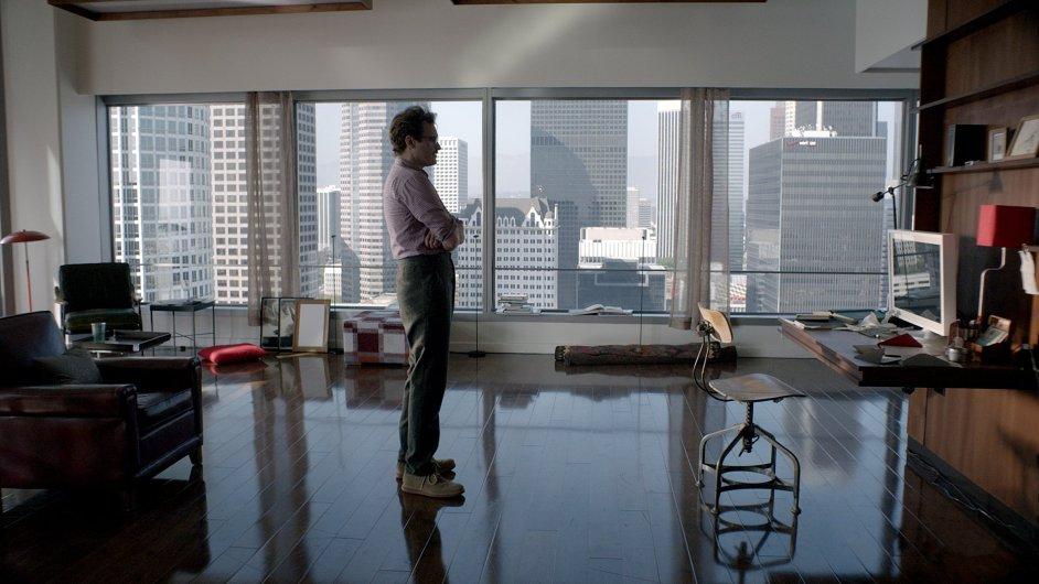 Theodore (herec Joaquin Phoenix) se ve filmu Ona svěřuje do péče umělé inteligence.