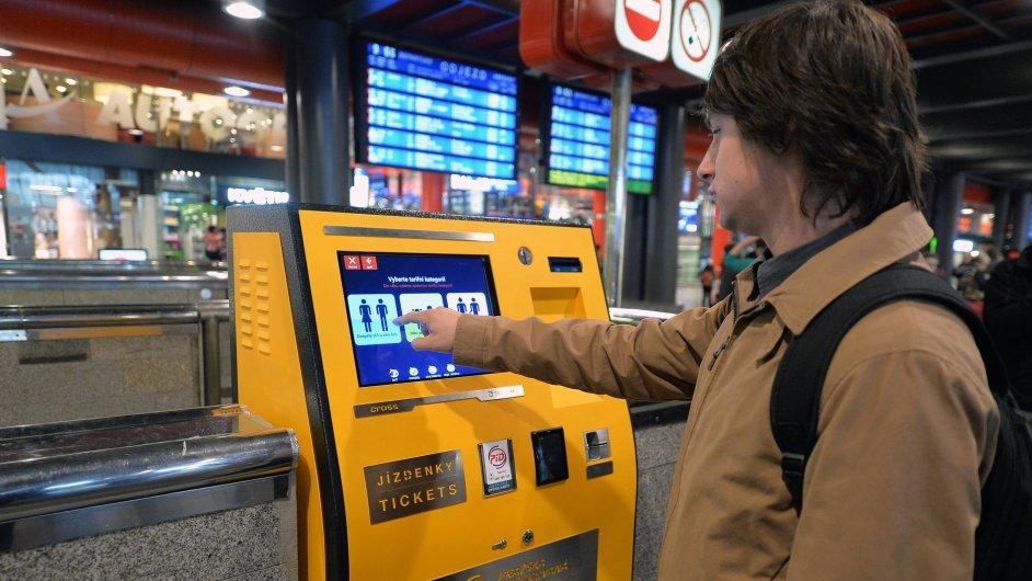 Automat na jízdenky na Hlavním nádraží. Dá se v něm platit i bezkontaktní kartou.