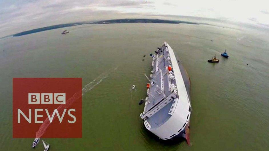 Nákladní loď převážející auta se nebezpečně naklonila o 45 stupňů poté, co narazila na mělčinu u břehů Velké Británie.