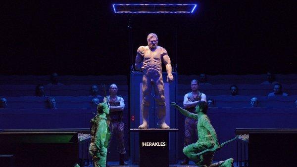 Klus�kova opera Filokt�t�s: Anti�t� hrdinov� obl�kli mask��e a ztuhli