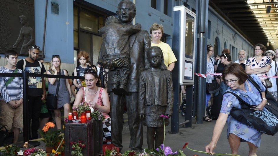 Pietní akce za sira Nicholase Wintona u jeho památníku na pražském hlavním nádraží.