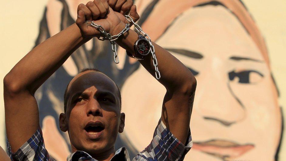 Lidé v ulicích Káhiry protestovali proti opatřením omezujícím svobodu tisku.
