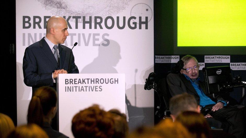 Miliardář Jurij Milner a renomovaný fyzik Stephen Hawking představují svůj projekt Breakthrough Initiatives.