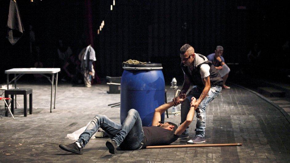 ¨Snímky z úterní inscenace hry Love and War on the Rooftops v libanonském Bejrútu.