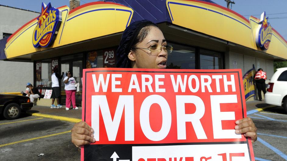 Růst minimální mzdy v USA vytlačuje nekvalifikované z práce.