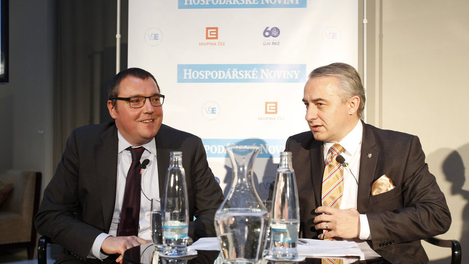 Guvernér centrální banky Miroslav Singer (vlevo) debatuje se šéfem odborů Josefem Středulou.