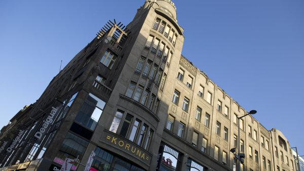 Pal�c Koruna se s Dopravn�m podnikem p�ou od po��tku, co budova p�ipadla do vlastnictv� Tom�i Plach�mu.