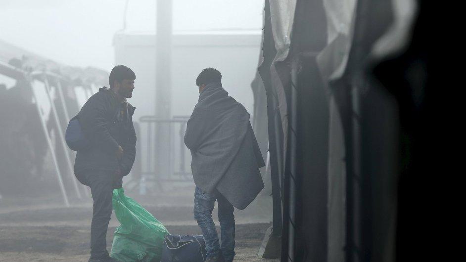 Uprchlíci čekají na převoz do Srbska poté, co se zaregistrovali v zimních uprchlickém táboře v chorvatském Slavonski Brodu.