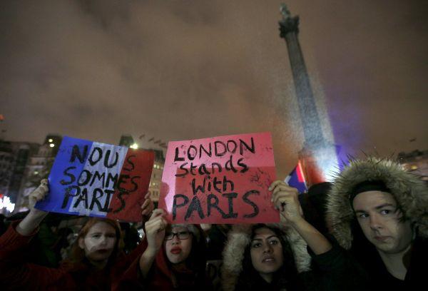 Lidé se sešli i na londýnském náměstí Trafalgar.