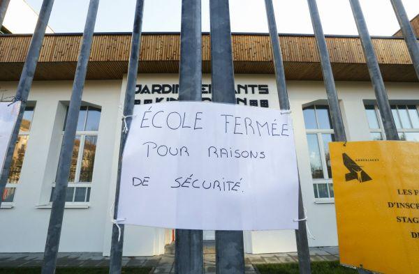 Nápis uzavření škol v Bruselu kvůli teroristické hrozbě