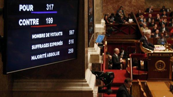 Poslanci ve francouzsk�m N�rodn�m shrom�d�n� schv�lili zm�nu �stavy.
