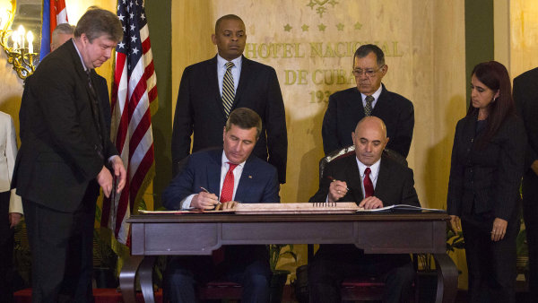 Zástupci Kuby a Spojených států v úterý podepsali dohodu o obnově pravidelného leteckého spojení.