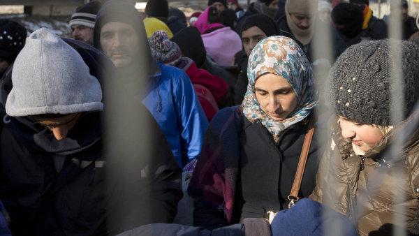 Žadatelů o azyl bylo zatím přesunuto jen málo, pouhých 885.