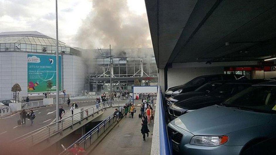Na bruselském letišti došlo ke dvěma explozím. Byly zveřejněny první amatérské záběry z místa