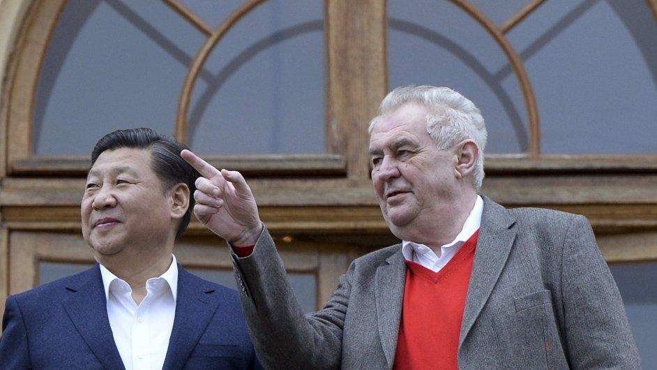 Miloš Zeman vítá Si Ťin-Pchinga na zámku v Lánech.